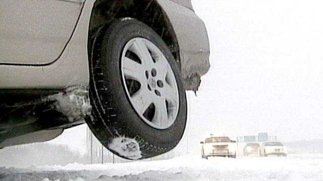 Snow storm crash tire suspended in air - 22166139