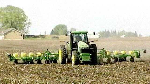 Farmer tractor field planting - 16272055