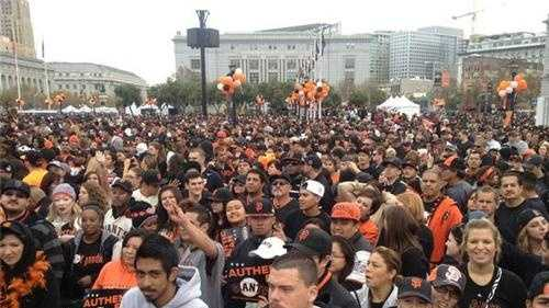 Giants fans parade.jpg