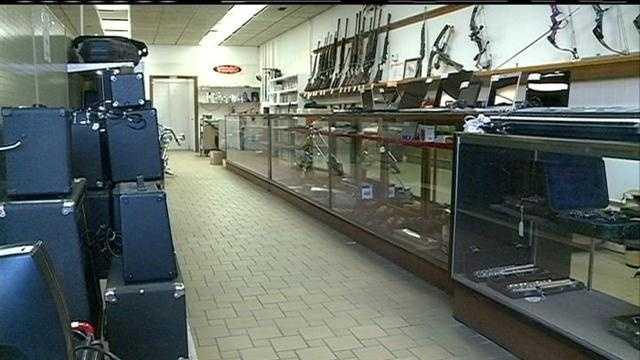 Police: 2 men rob Iowa pawn shop at gunpoint