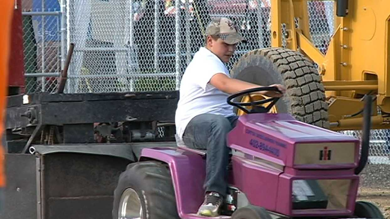 tractor pull family.JPG