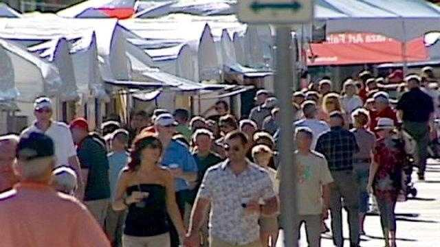 Plaza Art Fair Crowds - 25154353