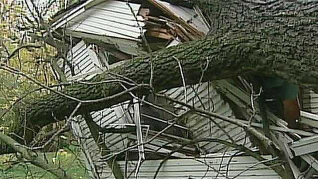 tree falls on Merriam house - 14398905