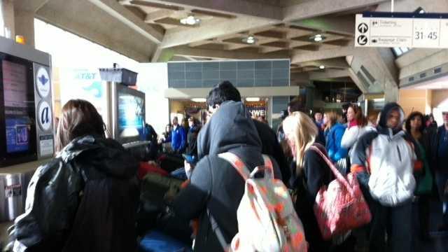 Image Crowded baggage claim