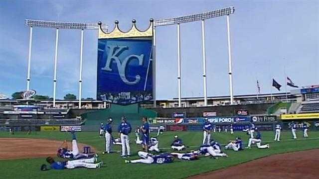 Image Royals warming up
