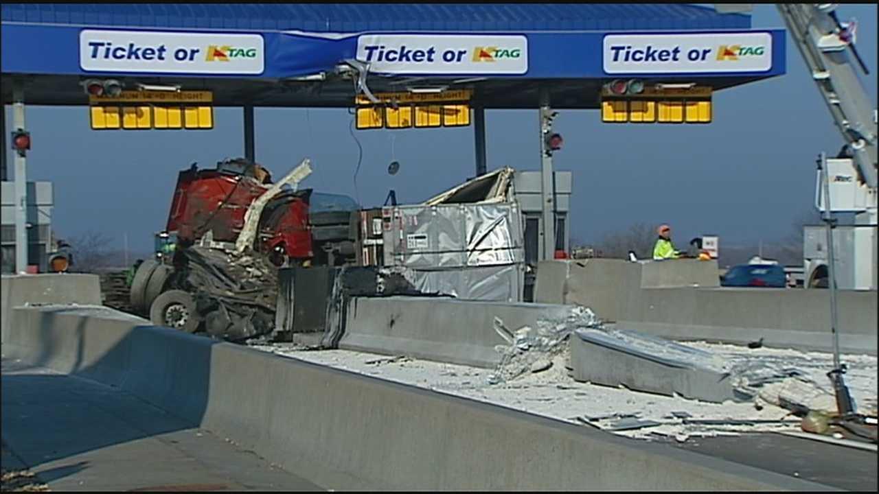 Image Turnpike toll plaza crash - daylight