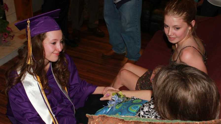 Blue Springs teen graduates early for dying mother
