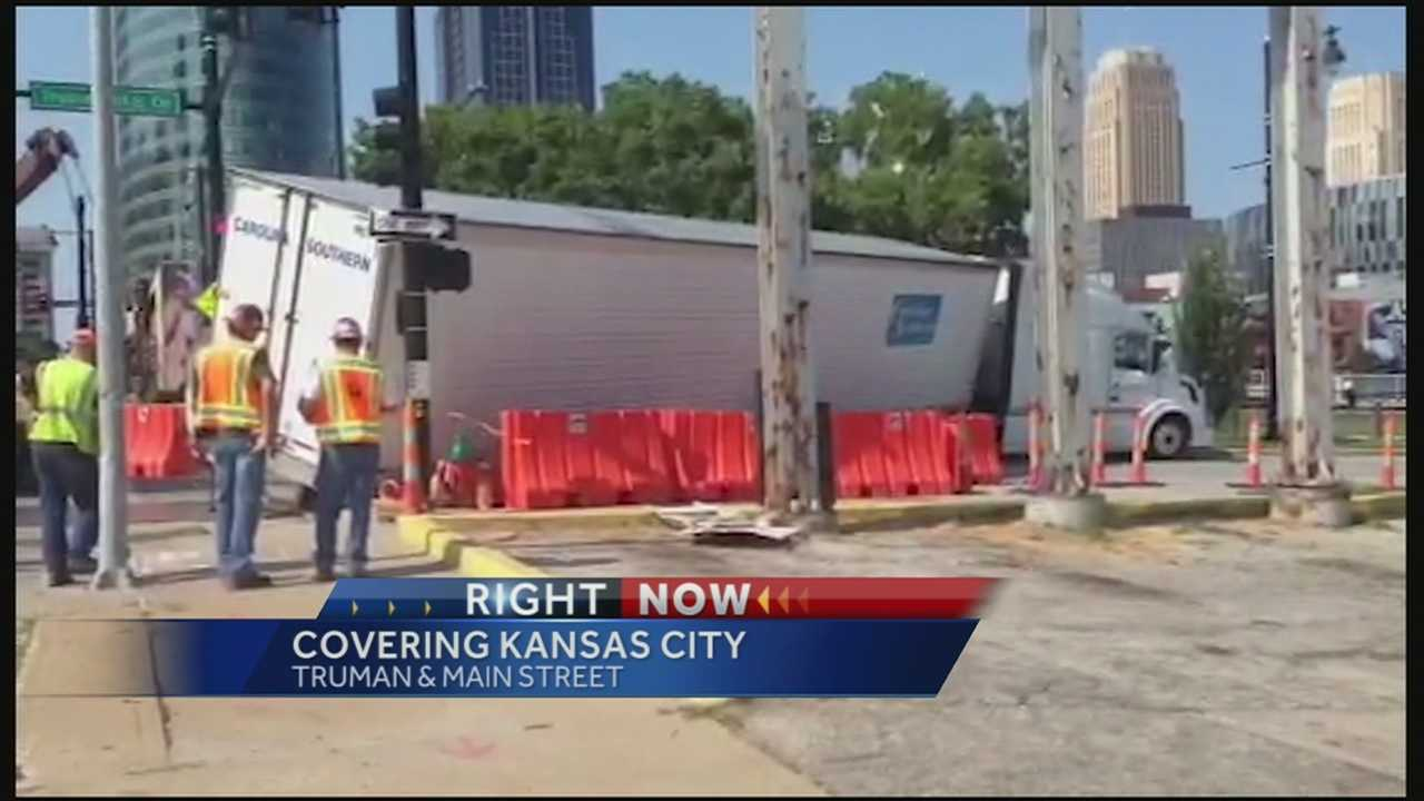 Image Semitrailer gets stuck on downtown street