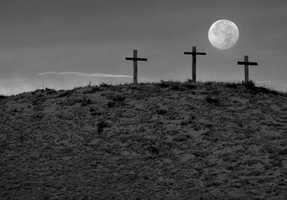 Full moon risingFull moon rising over three crosses on my way to Clovis.