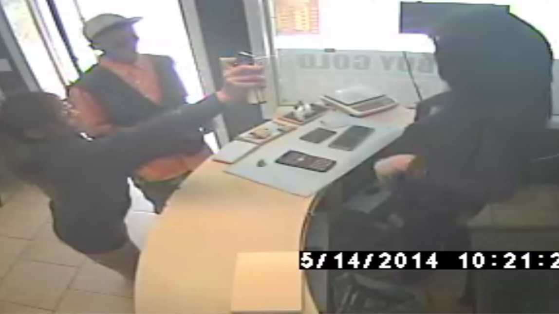 Robber maces victim, steals purse