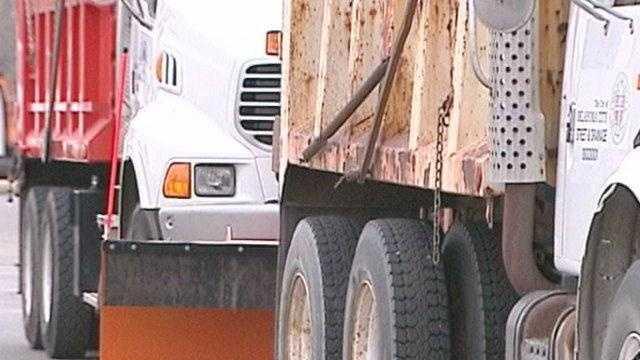 25 salt trucks - 18561836