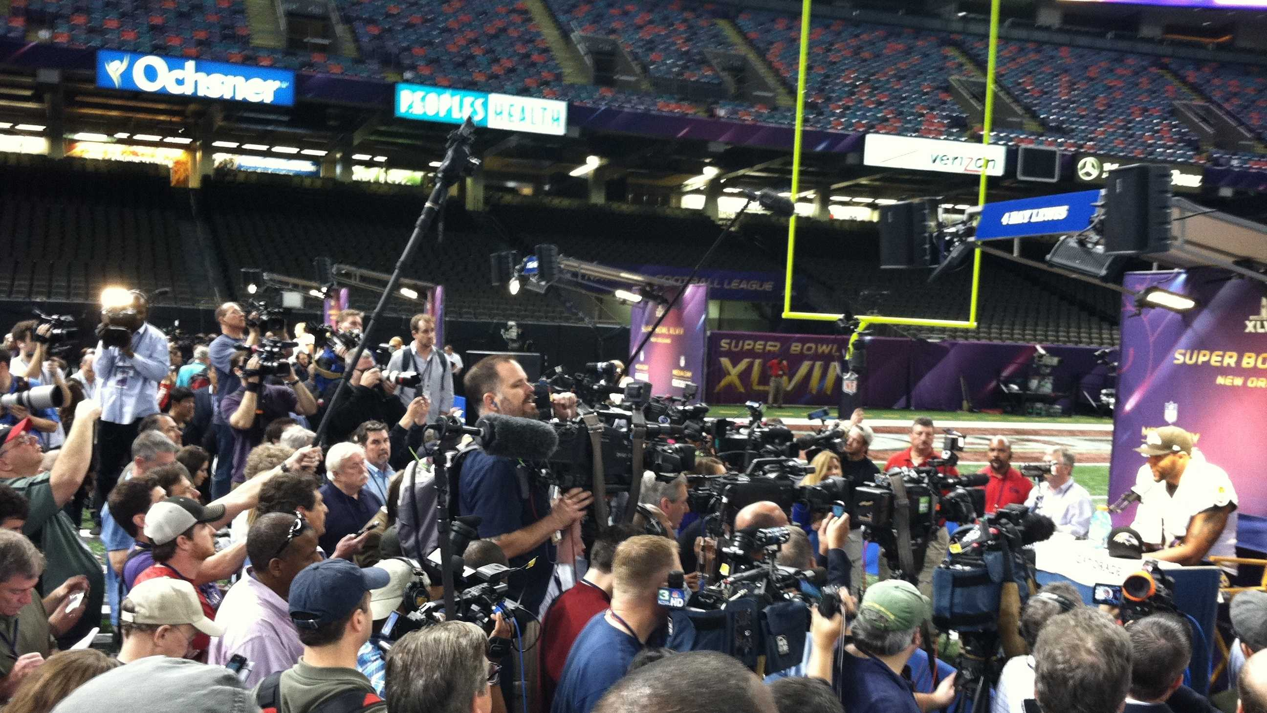 ray lewis big crowd - ng.JPG