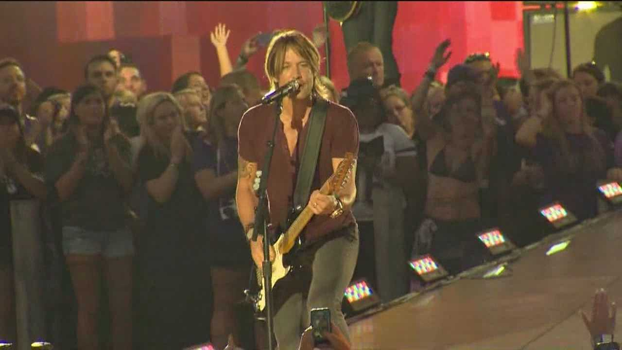 Keith Urban, fireworks light up harbor before NFL kickoff