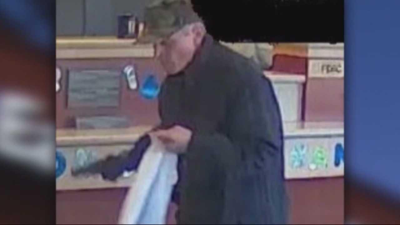 Gunman points pistol at tellers, robs Cambridge bank