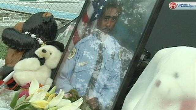 Prayer vigil held for Officer Rodney Thomas outside 2nd District Police Station