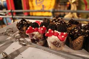 Minnie cupcakes and chocolate cupcakes, a delicious pair.
