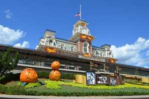 Fall has officially began at the Magic Kingdom and the park is dressed for the season.  Here is a peek at the fall foliage, scarecrows and jack-o-lanterns.