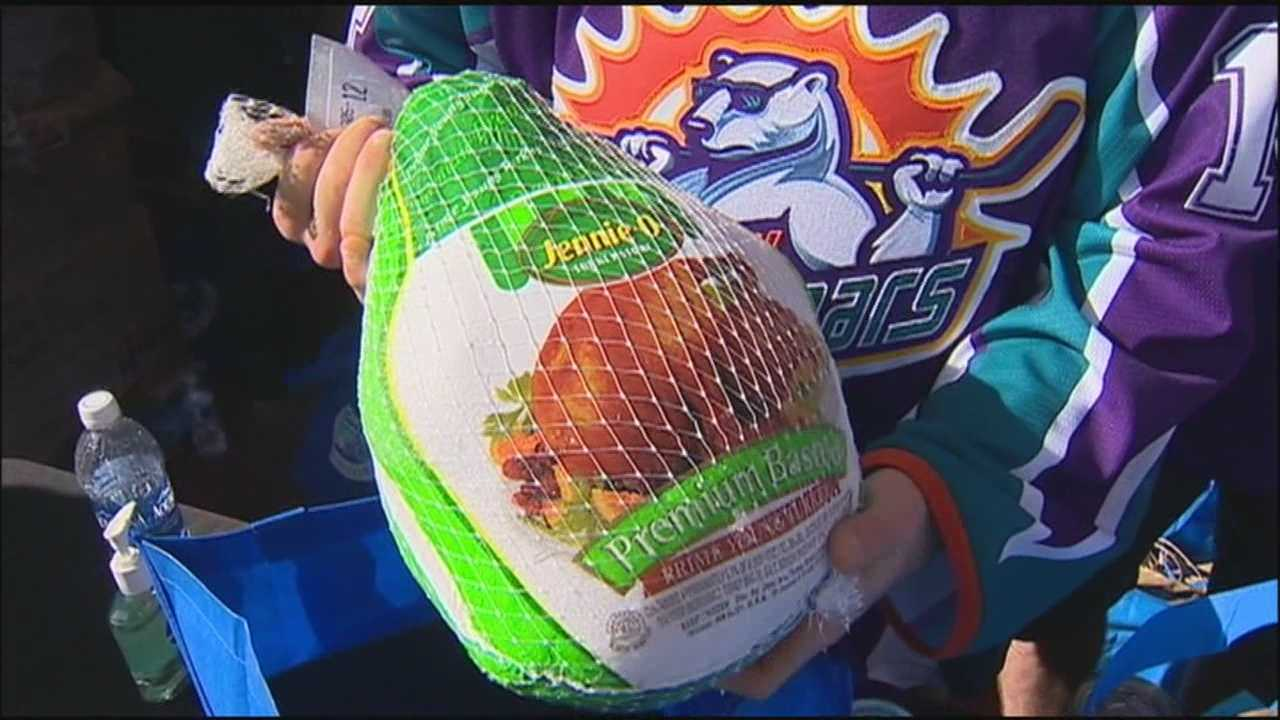 Orlando City Soccer and Solar Bears help with Thanksgiving food donations