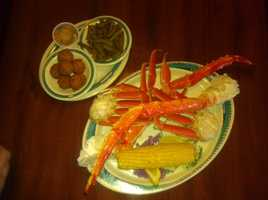 "7.Located in Orlando, HighTide Harrys is a casual restaurant and saloon that delivers quite a feast with their signature dish, ""Deadly Catch."" It is composed of 1lb of Red King Crab, 1lb of Opilio Snow Crab, fresh Corn on the Cob, Green Beans, and Harry's Hushpuppies with cinnamon butter."