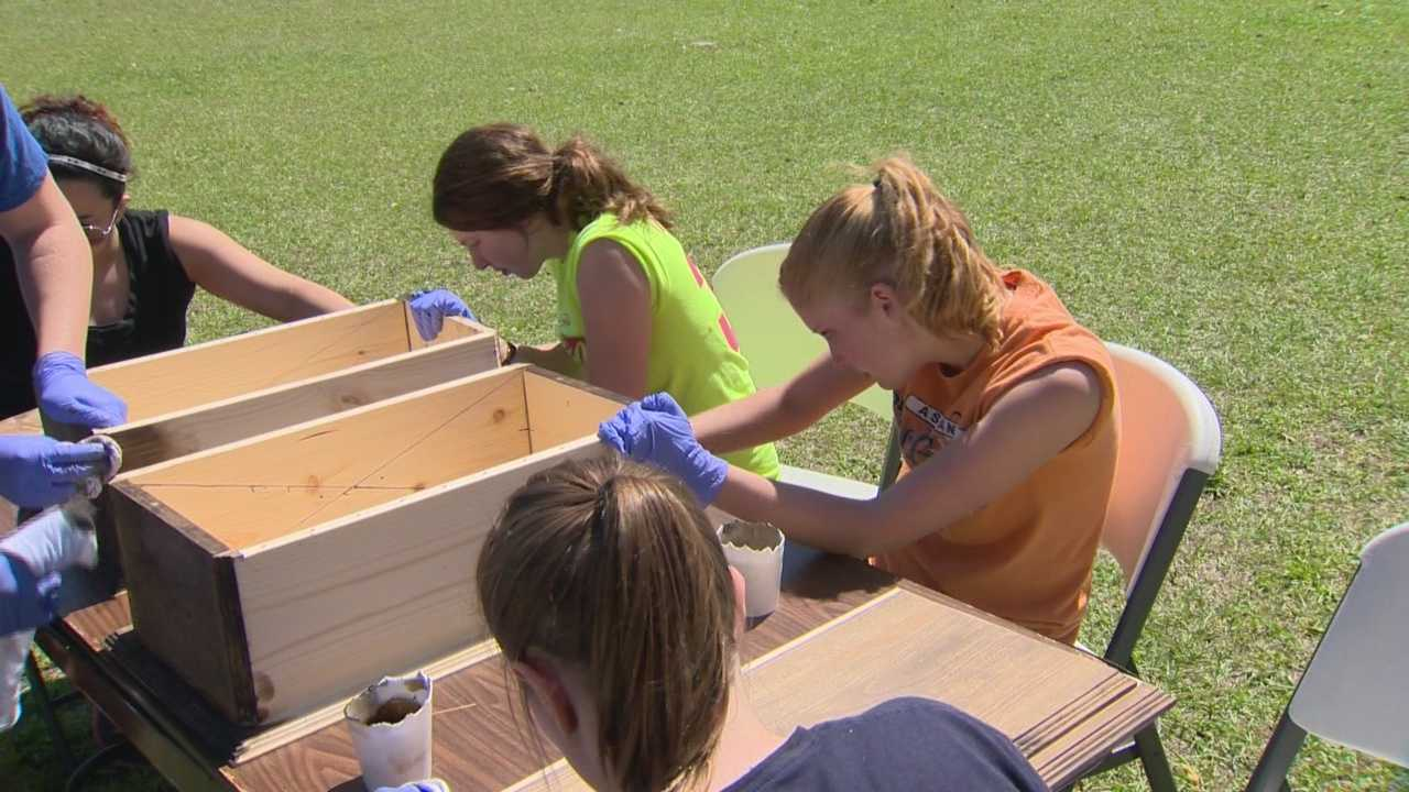 Spring break evokes images of the beach, partying, maybe even a cruise, but a group of college students from Ohio is spending their spring break in Orlando building caskets.