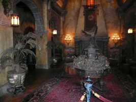 8.The lobby of the Hollywood Tower Hotel was outfitted with antiques and furniture purchased at Los Angeles-area houses.