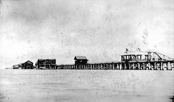 1900: View of the wharf at Saint Petersburg