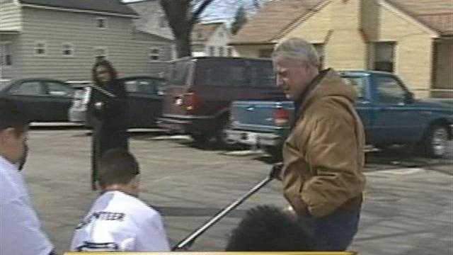 "Milwaukee mayor Tom Barrett will lead neighborhoods on a citywide ""spring cleaning.""  Hillary Mintz reports."