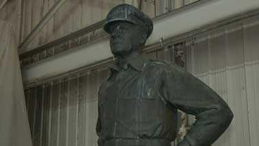 MacArthur statue