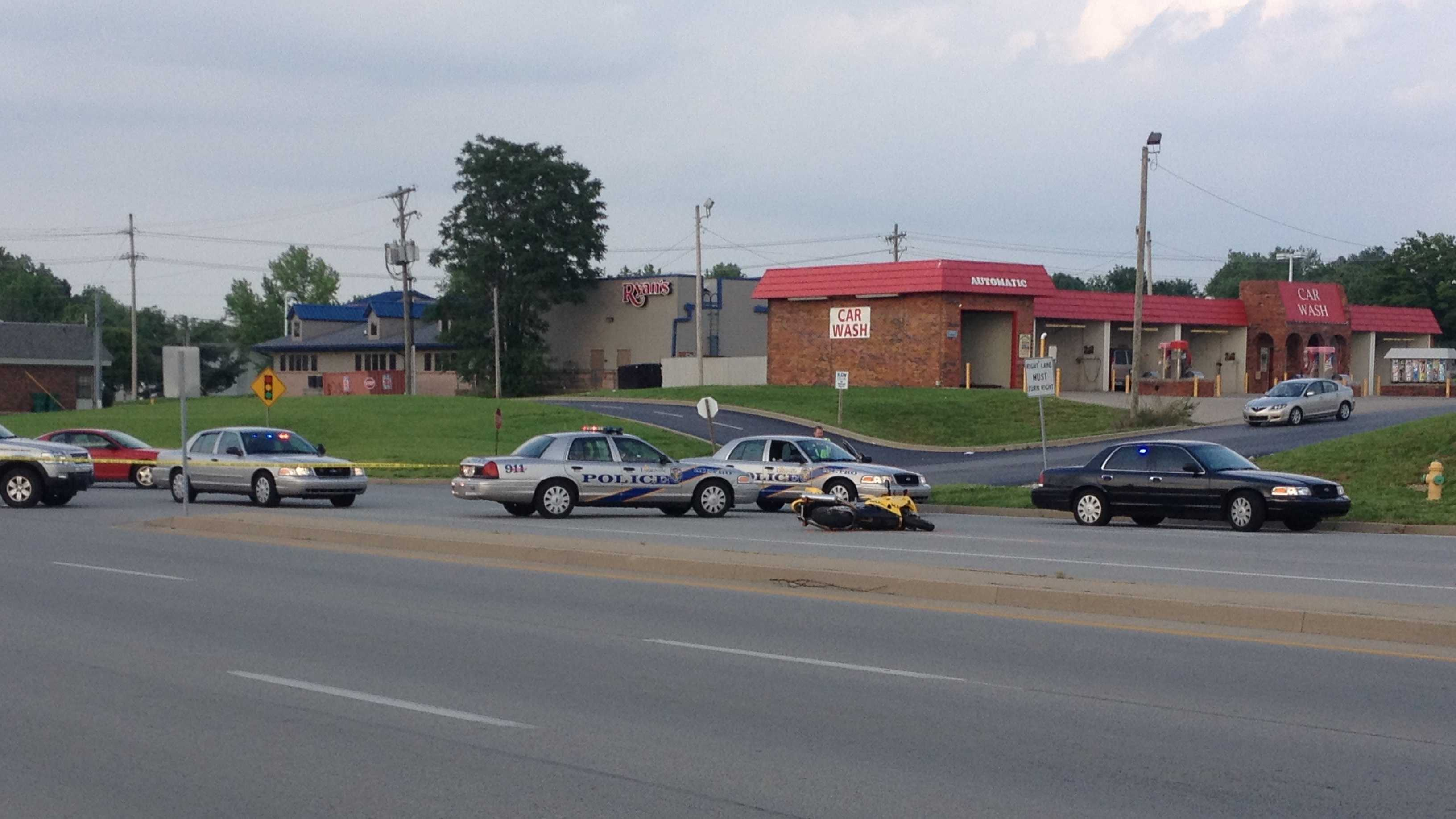 Police respond to South Hurstbourne Parkway, Bardstown collision
