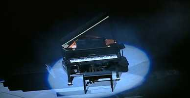 To make the announcement, a piano was placed in the center of the floor at the KFC Yum! Center.