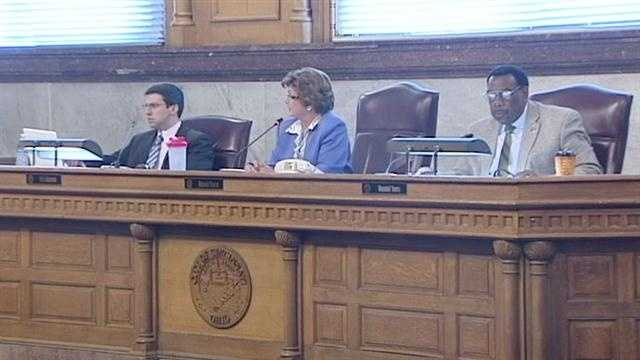 Council narrowly approves ordinance to hire new streetcar manager