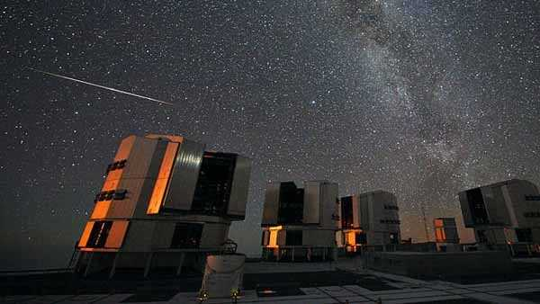 800px-The_2010_Perseids_over_the_VLT.jpg