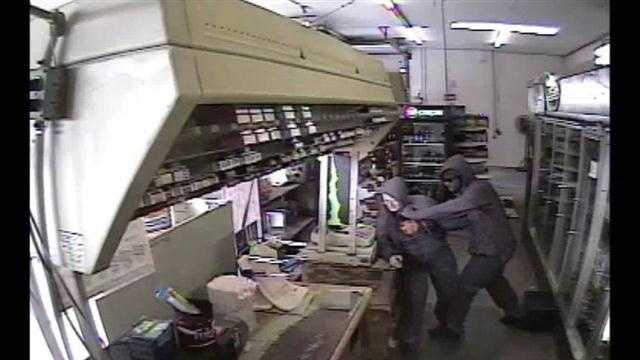 Raw: Thief holds clerk at gunpoint during robbery