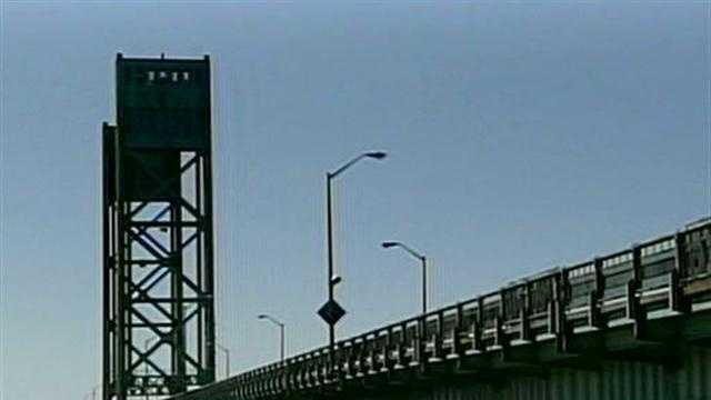 Temporary Barriers To Be Installed On Sarah Long Bridge - 30774611