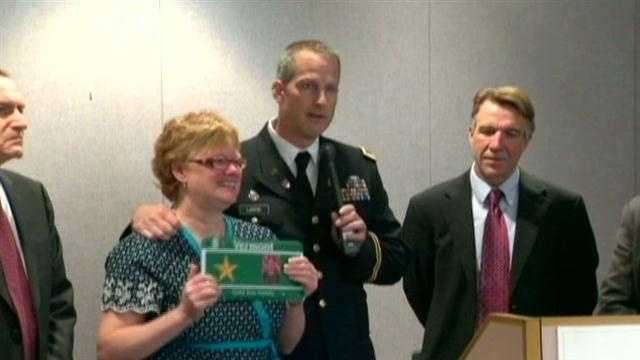Sister recieves Gold Star plate in honor of fallen soldier