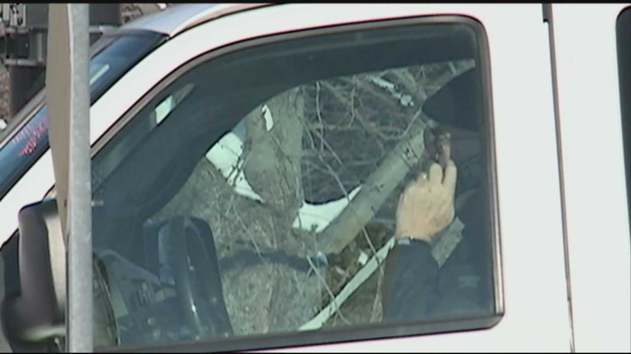 Governor expected to sign ban on handheld cellphones while driving