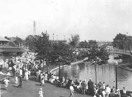 Large crowds visit Kennywood in the early 1900s.