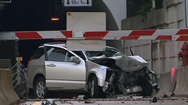 2 injured in crash Saturday morning in Mount Washington, police say