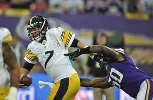 Ben Roethlisberger tries to avoid the pressure from Erin Henderson.