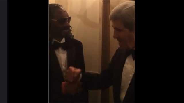 Snoop Dogg, John Kerry fist-bump