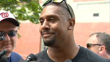 Linebacker LaMarr Woodley signed with the Oakland Raiders two days after the Steelers designated him as a post-June 1 cut when NFL free agency began.