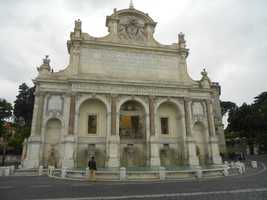 The Fontana dell'Acqua Paola is one of the most breathtaking fountains, with its romantic and picturesque places in Rome. Honeymoon and wedding photos?