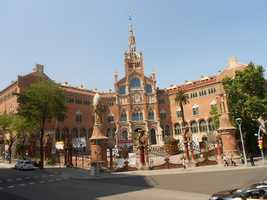 Hospital du Sant Paul has incredible tours of the 600 year old Barcelona building, grounds and artwork. This place would make great wedding photos opportunities.
