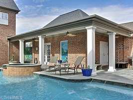 Pool House with a saltwater Swimming Pool and Hot Tub