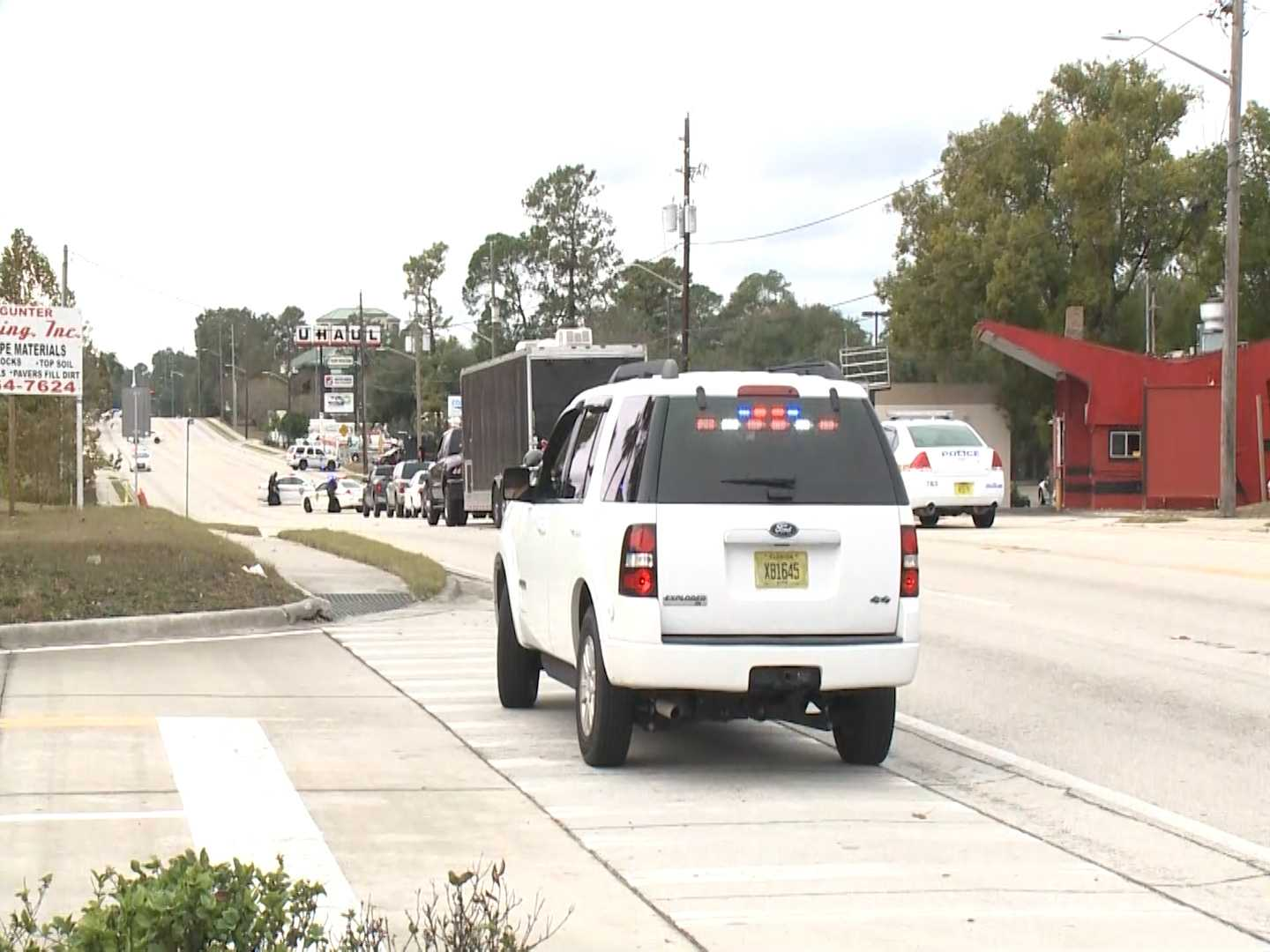 Robber surrenders, hostages freed at Florida bank