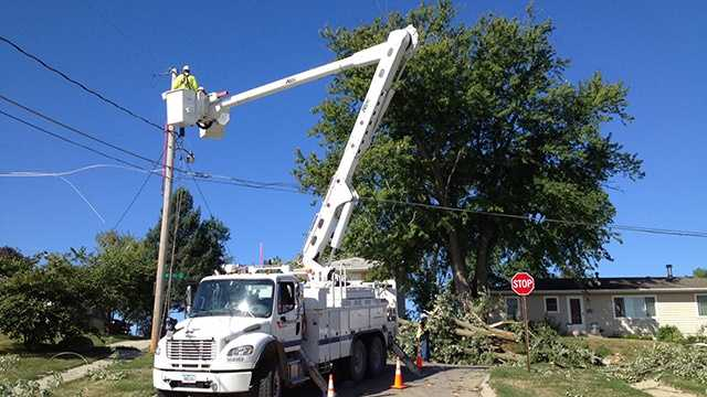 Midamerican power crew electric storm damage