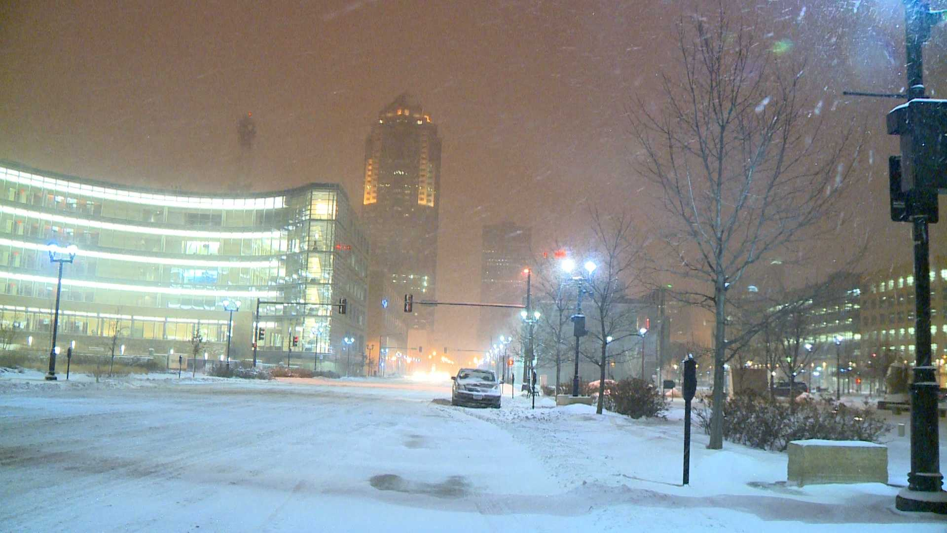 Downtown Des Moines gets a heavy dose of snow