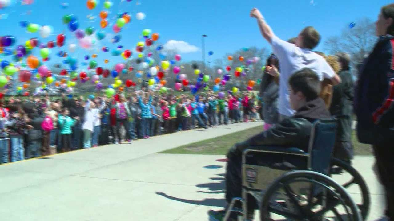 Students at an Iowa school support their classmate who has brain cancer.