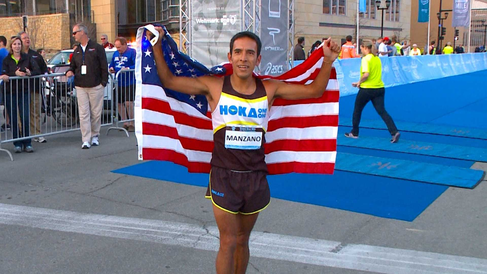 Leo Manzano celebrates after winning the 2014 USA 1-Mile Road Championship in Des Moines.