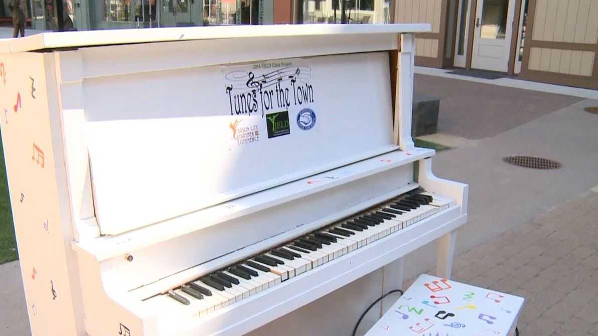 Des Moines public pianos